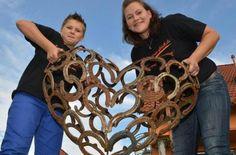 Katja Binz und Sohn Dominik mit dem dreidimensionalem Herz aus Hufeisen. Foto: Ronald Rinklef