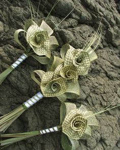 Pagent style wedding bouquet with a large natural woven flax lily surrounded with natural Hapene leaves. Each woven lily is approx in diametreSmall (Bridesmaid) Flax Weaving, Weaving Art, Basket Weaving, Maori Patterns, Rama Seca, Flax Flowers, Hawaiian Crafts, Corporate Flowers, Maori Designs