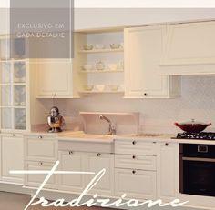 Cozinha clássica com a porta dos armários emolduradas