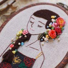 소녀위로.. 꽃이 살포시 내려앉았어요.. . . . . . #프랑스자수#리본자수#캣님네프랑스자수#자수수업#stitch#embroidery#캣님#세종시프랑스자수#자수타그램#needlework#ribbonwork#소녀자수#꽃자수#ribbonembroidery#silkribbon