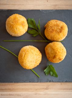 ^^ Croquetas de champiñones al ajillo.don't even know what this is but it sure as hell looks amazing! Spanish Dishes, Spanish Tapas, Party Dip Recipes, Veggie Dinner, Latin Food, Appetizers For Party, I Love Food, Food Inspiration, Food Porn