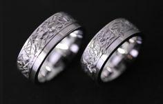 Wedding rings in Weiss #gold.  Roger Loosli  http://www.looslischmuck.ch/369-0-Trauringe+Strukturiert+und+flach+39.html