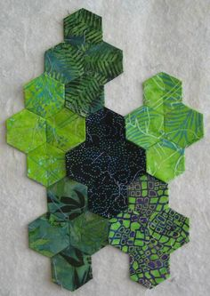 Since I can't enter our Show & Tell events, I thought I'd share my hexie puzzle quilt with you this weekend. Hexagon Quilt Pattern, Quilt Square Patterns, Hexagon Patchwork, Paper Piecing Patterns, Patchwork Cushion, Quilting Projects, Quilting Designs, Puzzle Quilt, Quilting For Beginners