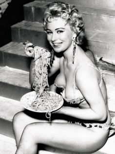 Italian Vintage Photographs ~ Italian Girls know how to eat spaghetti and still manage to look sexy. Spaghetti, Le Kraken, Pin Up, Ghost In The Machine, Actrices Hollywood, People Eating, Vintage Humor, Funny Vintage, Italian Girls