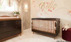 Quarto de bebê com papel de parede - Luxuoso e com móveis de madeira esse quarto de bebê com papel de parede areia é de um famoso norte-americano. Os tons são suaves, confira!