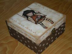 Hace algún tiempo que no subia ningún trabajo, así que os muestro varias cosas que he estado haciendo: Esta está hecha con stencil, cera y desgastado con lija.[... Painted Boxes, Wooden Boxes, Wooden Box Designs, Paper Mache Boxes, Wine Gift Boxes, Decoupage Box, Country Paintings, Gifts For Wine Lovers, Altered Boxes