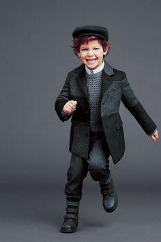Pullover über Hemd und langer Mantel