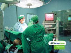 TIPS FARMATODO ¿Cuál es el tratamiento para la hernia hiatal? Los tratamientos deben aliviar los síntomas y prevenir las complicaciones hay medicamentos para controlar el estómago, para fortalecer los músculos en la parte inferior del esófago, para impedir que el ácido suba y en casos extremos cirugía para reparar el hiato. Evite complicaciones graves como aspiración pulmonar, sangrado lento, anemia ferropénica y estrangulación de la hernia. www.farmatodo.com.mx
