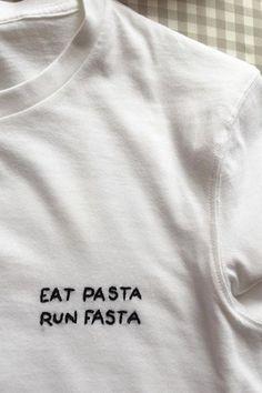 Spaß essen Pasta Run Fasta 5 Minuten DIY Stickerei T-Shirt Foto ist super! Ich sah Fun Food Pasta Run Fasta 5 Minutes DIY Embroidery T-Shirt Photo is Great! Broderie Anglaise Fabric, Embroidery Stitches, Embroidery Patterns, T Shirt Embroidery, Tumblr Embroidery, Embroidery Fabric, Vintage Embroidery, Funny Embroidery, Embroidered Shirts