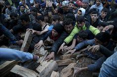 Στην αναμονή για καυσόξυλα Κυριακή, 06 Μαρτίου 2016 20:35 Πρόσφυγες και μετανάστες που βρίσκονται εγκλωβισμένοι στην Ειδομένη προσπαθούν να πάρουν καυσόξυλα από φορτηγό που έφτασε την Κυριακή στην περιοχή.