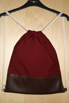Turnbeutel Backpack Rucksack Gymbag Stringbag in weinrotem / bordeaux farbenem Canvas und braunem Kunstleder. Musthave für den Herbst!