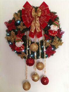 GUIRLANDA NATALINA (com iluminação de LED) Natal esta chegando? É hora de decorar a sua residência, comércio, etc? Então vamos decorar a sua porta de entrada com uma GUIRLANDA LINDA!!! DESCRIÇÃO: Guirlanda de 60 x 60 cm, decorada com dois lindos Papai Noel de, Borboletas na cor vermelhas...