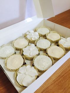 Vintage cream cupcakes Kokos Cupcakes, Tea Lights, Candles, Cream, Vintage, Creme Caramel, Tea Light Candles, Candy, Vintage Comics