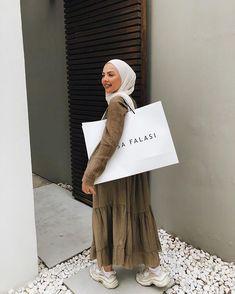 Street Hijab Fashion, Abaya Fashion, Muslim Fashion, Modest Fashion, Casual Hijab Outfit, Hijab Chic, Hijab Dress Party, Back Home, Hijab Fashion Inspiration