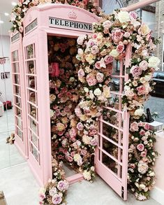 Pink London Phone Booth with Flowers Love it or Hate It, Its Valentine's Day. I hate it. So Why am I writing about it? Because London looks so pretty in pink. Peach Aesthetic, Flower Aesthetic, Aesthetic Photo, Aesthetic Fashion, Pretty In Pink, Beautiful Flowers, Hello Beautiful, Pink Love, Pretty Art