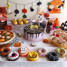 Halloween party ハロウィンパーティー ・ ・ こんばんは✨ ・ 今日はハロウィンですね❣ ・ ・ 昨日のハロウィンパーティーはこんな感じになりました❣ ・ ・ ドーナツをつくるのに時間がかかってしまいましたが、子供たちが凄く喜んでくれて大満足 ・ ・ ドーナツを選ぶ時の真剣なジャンケンが可愛らしかったです ・ ・ 明らかにigのおかげでイベントを楽しむようになりました(笑) ・ ・ まだまだ写真があるので、ハロウィンは終わってもpostするかもしれませんがお付き合い下さい(笑) ・ ・ #手作り#手作りケーキ#シフォンケーキ#手作りドーナツ#スイートポテト#ピザ#焼きドーナツ#ドーナツ#ハロウィンパーティー#ホームパーティー#ハロウィンギャザリング#クッキングラム#デリスタグラマー#コッタ#ママリ#はじめてのポッキー#おうちごはん#関電ハロウィンwithheart #homemade#homemadecake#homemadedoughnuts#doughnuts#foodstyling#Halloweenparty#... Theme Halloween, Kawaii Halloween, Halloween Baking, Halloween Food For Party, Halloween Cookies, Halloween Birthday, Scary Halloween, Halloween Treats, Happy Halloween