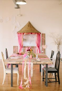 gold and pink table ribbons and pink and red floral centerpiece