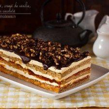 Prăjitură cu nucă, gem de caise, cremă de lapte și ciocolată
