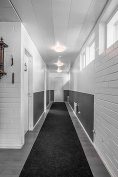 Makuuhuoneet ovat omassa rauhassaan käytävän varrella. Kaunis valkoinen tiiliseinä luo rauhallista tunnelmaa. Garage Doors, Outdoor Decor, Home Decor, Decoration Home, Room Decor, Home Interior Design, Carriage Doors, Home Decoration, Interior Design