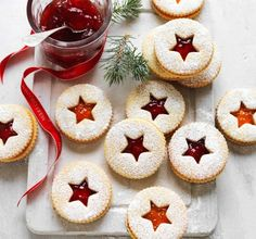 Christmas shortbread with jam. Discover the recipe of small shortbread with jam, simple and easy to make during the Christmas holidays. Christmas Jam, Christmas Biscuits, Christmas Cooking, Christmas Desserts, Christmas Treats, Christmas Decorations, Edible Christmas Gifts, Xmas, Thanksgiving Treats