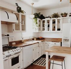 white kitchen with wood accents - Farmhouse Kitchen - accents ., white kitchen with wood accents - Farmhouse Kitchen - accents # kitchen Tiny House Loft, Sweet Home, Wood Accents, Cuisines Design, White Decor, White Kitchen Decor, Home Kitchens, Kitchen Dining, Kitchen Plants