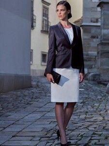 Vrouwelijk smoking jasje met zijde sjaalkraag en gepaspelleerde zakjes