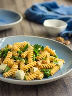 Pasta recipes with seasonal spring ingredients are perfect to enjoy on warm spring days or cool spring evenings. Try our 13 best spring pasta dishes. Easy Weekday Meals, Small Pasta, One Dish Dinners, Seasonal Food, Spring Recipes, How To Cook Pasta, Pasta Dishes, Pasta Recipes, Food Inspiration