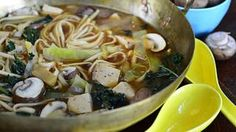 Maukas nuudelikeitto tehdään misosta ja kasviksista.