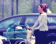 E' la prima foto non ufficiale dopo il parto quella che è stata scattata a Kate Middleton in un supermercato. Lei neomamma del principino George, secondo il tabloids inglesi, è già perfettamente in forma. Maglietta a righe, jeans aderenti e scarpe basse, Kate spinge un carrello quasi pieno dal quale si scorgono una bottiglia di vino rosso, una di bianco e due pizze surgelate…http://tuttacronaca.wordpress.com/2013/08/28/la-spesa-di-kate-la-middleton-al-supermercato/