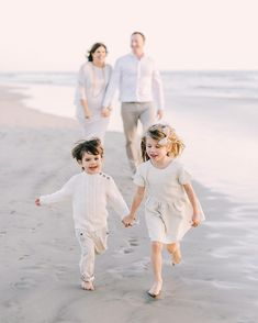 Neutral Family Photos, Family Pictures What To Wear, Funny Family Photos, Family Picture Poses, Family Picture Outfits, Family Beach Pictures, Family Photo Sessions, Family Portrait Outfits, Family Portraits