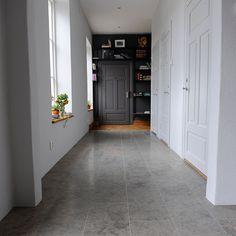 Kalksten, mörk färg på vägg och dörr