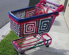 Guerilla Knitting and Yarnbombing – grafitti but not as you know it Grannies Crochet, Freeform Crochet, Crochet Art, Crochet Ideas, Yarn Bombing, Guerilla Knitting, Urbane Kunst, Guerrilla, Plastic Laundry Basket