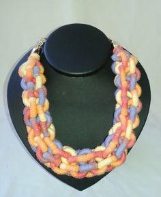 Colar de corda coberta com linha fita mesclada colorida, trançado estilo corrente <br>Acabamento com corrente dourada