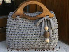 borsa-bauletto in fettuccia di lycra color tortora con manici in legno e decorazione con perle in legno e spago