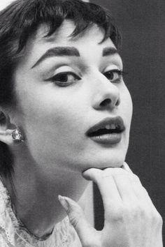 Audrey Hepburn by Mark Shaw, 1953 Audrey Hepburn Mode, Aubrey Hepburn, Audrey Hepburn Photos, Katharine Hepburn, Audrey Hepburn Makeup, Classic Hollywood, Old Hollywood, Viejo Hollywood, Marlene Dietrich