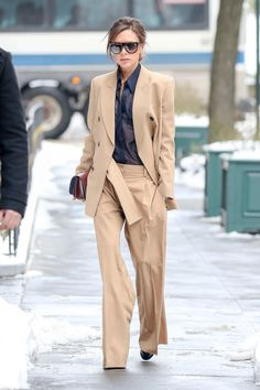 Victoria Beckham with a beautiful beige and oversize suit Victoria Beckham Outfits, Style Victoria Beckham, Victoria Style, Viktoria Beckham, Moda Oversize, Vic Beckham, Business Outfit Damen, Beige Suits, Look Fashion