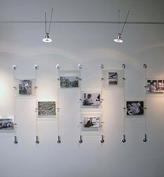 suspending pictures using wire | project display wall using wire suspension  system back