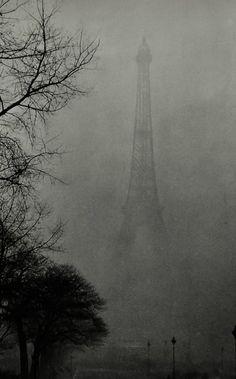 gueule-de-loupviolette:    La tour Eiffel dans le Brouillard , Paris ( 1930s).