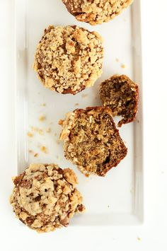Healthy Banana Muffins with Crumble Top | minimalistbaker.com #minimalistbaker