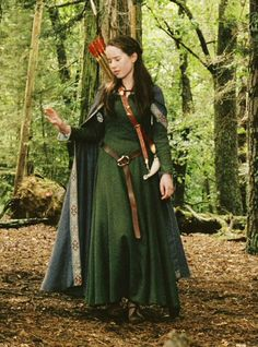 Comparación entre un fotograma de The Chronicles of Narnia: The Lion, the Witch and the Wardrobe y The Lady Clare (John William Waterhouse, óleo sobre lienzo, 76 x 61 cm. Renaissance Costume, Medieval Costume, Medieval Dress, Medieval Clothing, Renaissance Fair, Medieval Outfits, Medieval Fashion, Costume Roi, Cosplay Costumes