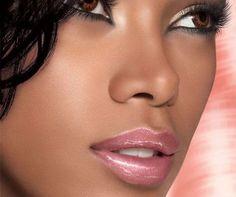 Oubliez le trop plein de maquillage et optez pour le maquillage dit nude, il est naturel, pas chargé, et il fond sur votre peau..... http://www.blacks-metisses.com/index.php/2016/11/17/le-maquillage-nude-pour-un-visage-sublime-et-naturel/