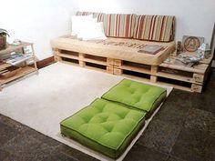 A sala do casal, com sofá e mesa auxiliar feitos de pallets.