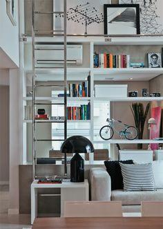 Estante de 5 m de altura é destaque no apartamento de 150 m² - Casa.com.br