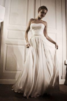A la recherche d'une robe rétro, poétique et légère? L'univers de la créatrice Stéphanie WOLFF est exactement ce qu'il vous faut. Son showroom parisien est un lieu à l'atmosphère confidentielle, où tout est fait pour vous conseiller et vous faire découvrir une somptueuse collection réalisée entièrement en France.