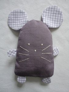 is creative inspiration for us. Get more photo about home decor related with by looking at photos gallery at the bottom of A simple baby toy or catnip mouse for kitty Cute mouse - sewing project idea for little ones Little mouse - make into egg cosie? Sewing Toys, Baby Sewing, Sewing Crafts, Sewing Stuffed Animals, Stuffed Toys Patterns, Fabric Toys, Fabric Scraps, Softies, Craft Projects