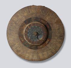 Volvelle astronomique Monastère de San Zeno, Vérone, 1455 ©SamFoggLtd Cet instrument était accroché sur l'un des murs du cloître de San Zeno, jouant le rôle d'horloge mêlant astronomie et religion. Cet objet témoigne de la sensibilité médiévale du temps, où l'on choisit les dates des fêtes comme Pâques selon le cycle de la lune. C'est un objet d'exception, créé pour un monastère où l'enseignement de l'astronomie était particulièrement renommé.