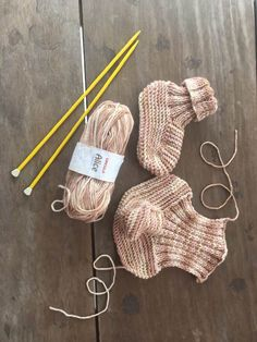 Pantufa Alice Knitted Slippers, Knitting Socks, Fingerless Gloves, Crochet, Arm Warmers, Lana, Knitting Patterns, Projects To Try, Alice