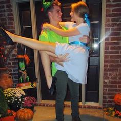 75 Easy DIY Couples Halloween Costumes - Prudent Penny Pincher Easy Couple Halloween Costume Ideas: 32 Easy Couple Costumes To Copy That Are Perfect For The College Halloween Party Halloween 2018, Easy Couple Halloween Costumes, Cute Couples Costumes, Matching Costumes, Cute Halloween Costumes, Halloween Couples, Disney Couple Costumes, College Couple Costumes, Halloween History