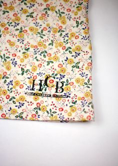 Material 100% algodón, esta prenda ha sido realizada totalmente a mano en manera artesanal por el taller TaaT con un diseño exclusivo para H.C.B., diseño y confeccion catalanes.   http://www.helpchildrenbcn.com/product/prenda-nina-hcb-fantasia-amarilla-2-3-anos/