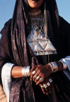 Tuareg woman - Maroc Désert Expérience tours http://www.marocdesertexperience.com
